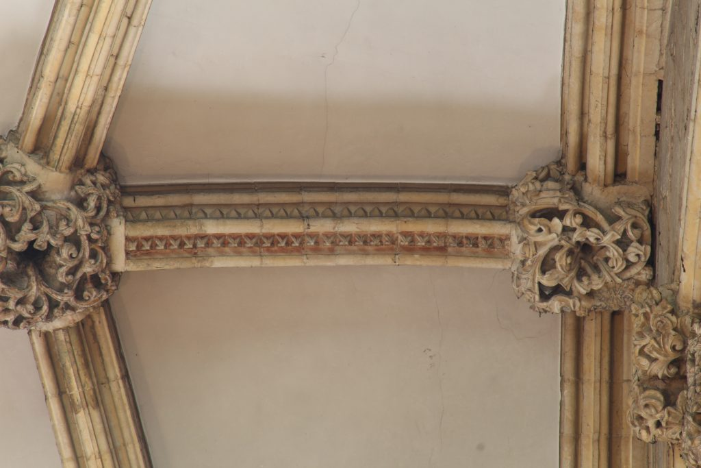 Image of dogtooth pattern rib moulding in the nave at Lincoln Cathedral